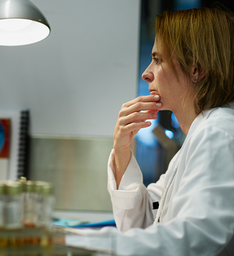 Photo of a female scientist working at a computer in a laboratory.